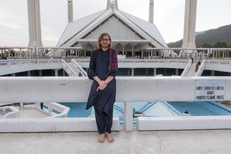 Ich vor der Faislal Moschee in Islamabad